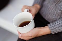 Os amigos bebem o chá e têm uma boa estadia no terraço de uma casa de campo imagens de stock
