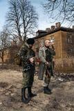 Os amigos brutais corajosos chegaram para proteger a vila Foto de Stock