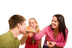 Os amigos estão tendo o divertimento e estão comendo a pizza Foto de Stock Royalty Free