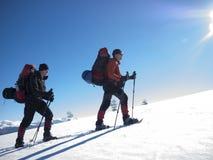 Os amigos estão viajando através das montanhas Imagem de Stock Royalty Free