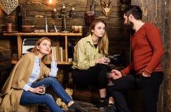 Os amigos, família passam a noite agradável, fundo interior Conceito sincero da conversação Meninas e homem nas caras felizes foto de stock