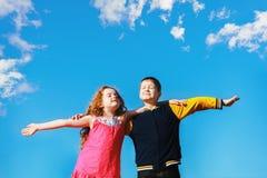 Os amigos fechados seus olhos e respiram o ar fresco Imagem de Stock Royalty Free