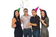 Os amigos felizes abrem flâmulas no partido Foto de Stock