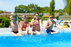 Os amigos felizes comem o gelado e apreciam o verão Fotos de Stock