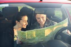 Os amigos no carro apreciam a viagem por estrada Imagens de Stock Royalty Free