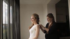 Os amigos que ajudam a noiva obtêm no vestido video estoque
