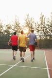 Os amigos que vão para trás dirigem após o jogo de basquetebol Fotografia de Stock