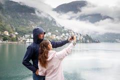 Os amigos tomam imagens de Selfie no fundo de Odda, Norwa imagem de stock