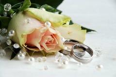 Os anéis de casamento e levantaram-se Imagens de Stock