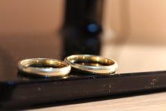 Os anéis de casamento fecham-se acima Fotos de Stock Royalty Free