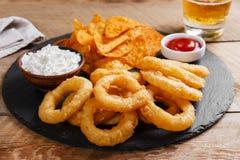 Os anéis de cebola fritados na massa com molho lascam-se Imagem de Stock