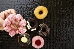 Os anéis de espuma com polvilham e geada Fotografia de Stock