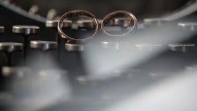 Os anéis de ouro no close up macro do casamento da máquina de escrever disparam na joia do diamante vídeos de arquivo