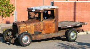 Os anos 40 adiantados para fora oxidados vadeam o caminhão de recolhimento da cama lisa Fotografia de Stock Royalty Free