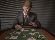 os anos 40 amadurecem o homem que joga jogos de cartas Fotos de Stock