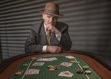 os anos 40 amadurecem o homem que joga jogos de cartas Foto de Stock Royalty Free
