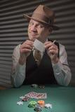 os anos 40 amadurecem o homem que joga jogos de cartas Fotografia de Stock Royalty Free