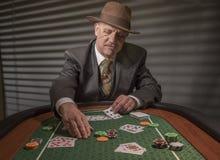 os anos 40 amadurecem o homem que joga jogos de cartas Imagens de Stock