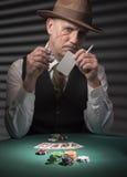os anos 40 amadurecem o homem que joga jogos de cartas imagens de stock royalty free