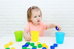 Os 2 anos bonitos da menina classificam detalhes pela cor Foto de Stock Royalty Free