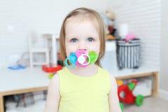 Os 2 anos bonitos da menina mamam 3 bocais Foto de Stock Royalty Free