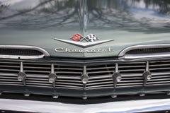 os anos 50 Chevy Impala Logo com grade e para-choque imagens de stock