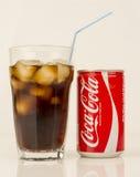 os anos 80 Coca Cola Can e bebida - vintage e retro Fotografia de Stock