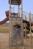 Os anos de idade 10 na parede de escalada Imagens de Stock