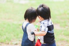 Os anos de idade bonitos das crianças 2-3 que jogam a bolha no jardim Fotos de Stock