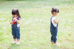 Os anos de idade bonitos das crianças 2-3 que jogam a bolha no jardim Foto de Stock Royalty Free