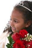 Os anos de idade seis bonitos com as rosas que desgastam a tiara Foto de Stock Royalty Free