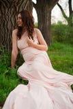 Os anos de idade de sorriso da mulher gravida 25-29 que descansam pelo lago Levantamento fora motherhood maternidade foto de stock