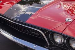 os anos 70 dois Tone Dodge Challenger Logo e capa fotos de stock royalty free