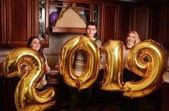 Os 2019 anos novo estão vindo Grupo de levar alegre dos jovens fotografia de stock royalty free