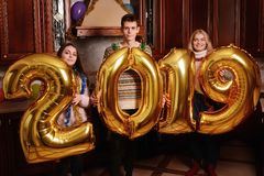 Os 2019 anos novo estão vindo Grupo de levar alegre dos jovens foto de stock royalty free
