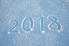 Os anos novos assinam 2018, escrito à mão na neve fresca Fotografia de Stock