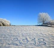 Os anos novos datam 2018 escrito na neve fresca Imagens de Stock