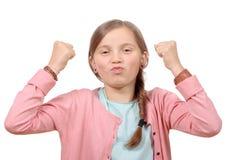 Os anos pequenos bonitos da menina levantam suas mãos na Fotos de Stock Royalty Free
