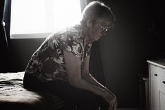 Os 60 anos sós do sênior idoso são dentro apartamento Imagens de Stock Royalty Free