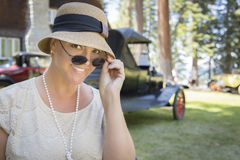 os anos 20 vestiram a menina perto do retrato do carro do vintage fora Foto de Stock Royalty Free