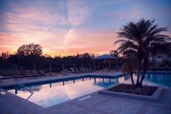 Os apartamentos associam-se com opinião do por do sol imagem de stock royalty free
