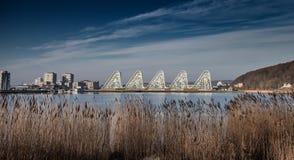 Os apartmens da onda pelo fiorde em Vejle, Dinamarca fotos de stock