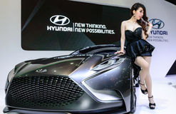 Os apresentadores fêmeas modelam com carro Hyundai HND-9 do conceito Fotos de Stock