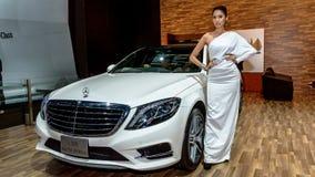 Os apresentadores fêmeas modelam com o híbrido TÉCNICO azul de Mercedes S 300 Fotografia de Stock
