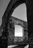 Os aquedutos no lado de Victoria em Gozo, da paisagem maltesa com o campo do legume fresco e o fundo do céu, Malta, Gozo Foto de Stock