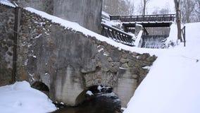 Os archs do fluxo da angra da construção do moinho de água do vintage apedrejam o inverno da neve video estoque
