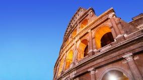Os arcos brilhantes de Colosseum na luminescência iluminam-se na noite Fotografia de Stock