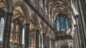 Os arcos da catedral de Salisbúria e o vitral ocidentais HDR fotografam imagem de stock royalty free