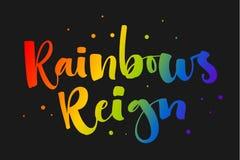 Os arcos-?ris reinam O arco-?ris de Gay Pride colore cita??es modernas do texto da caligrafia no fundo escuro do fundo ilustração do vetor