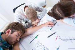 Os arquitetos caíram adormecido ao trabalhar Imagem de Stock Royalty Free